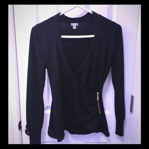 Long sleeve sweater by Guess.